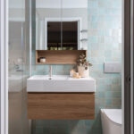 Ensuite with blue square feature tile