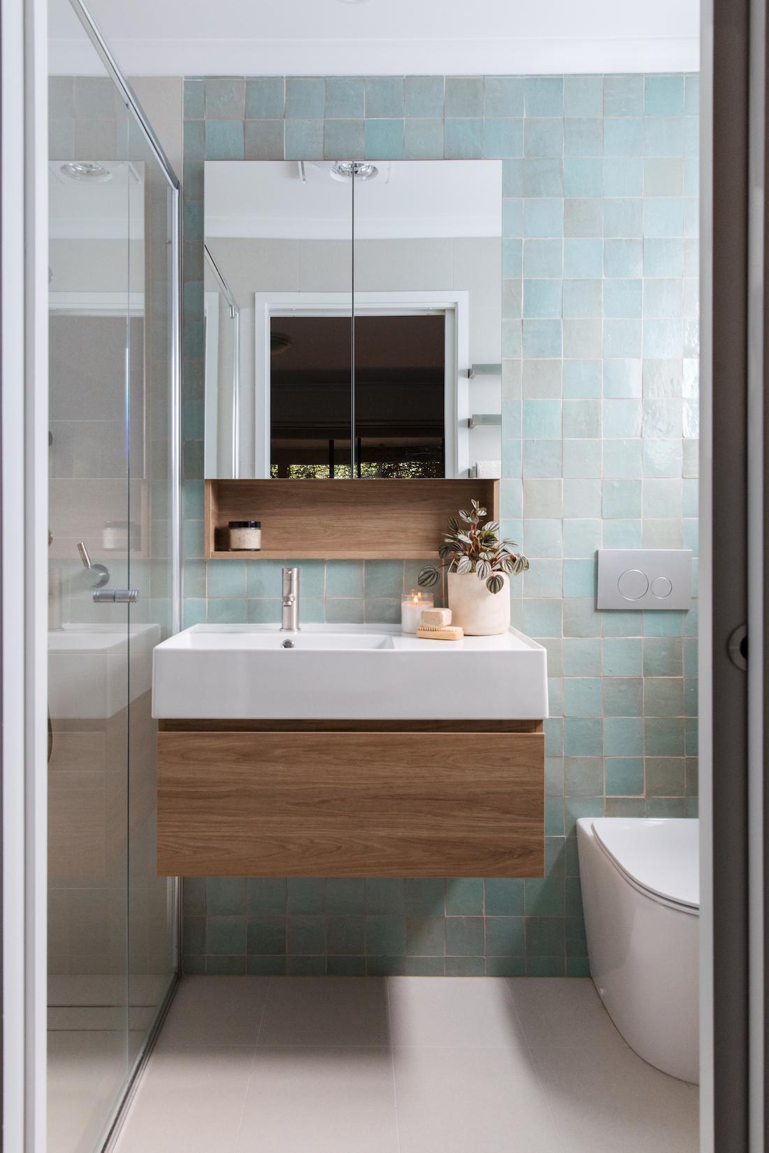 Ensuite with blue square feature tile