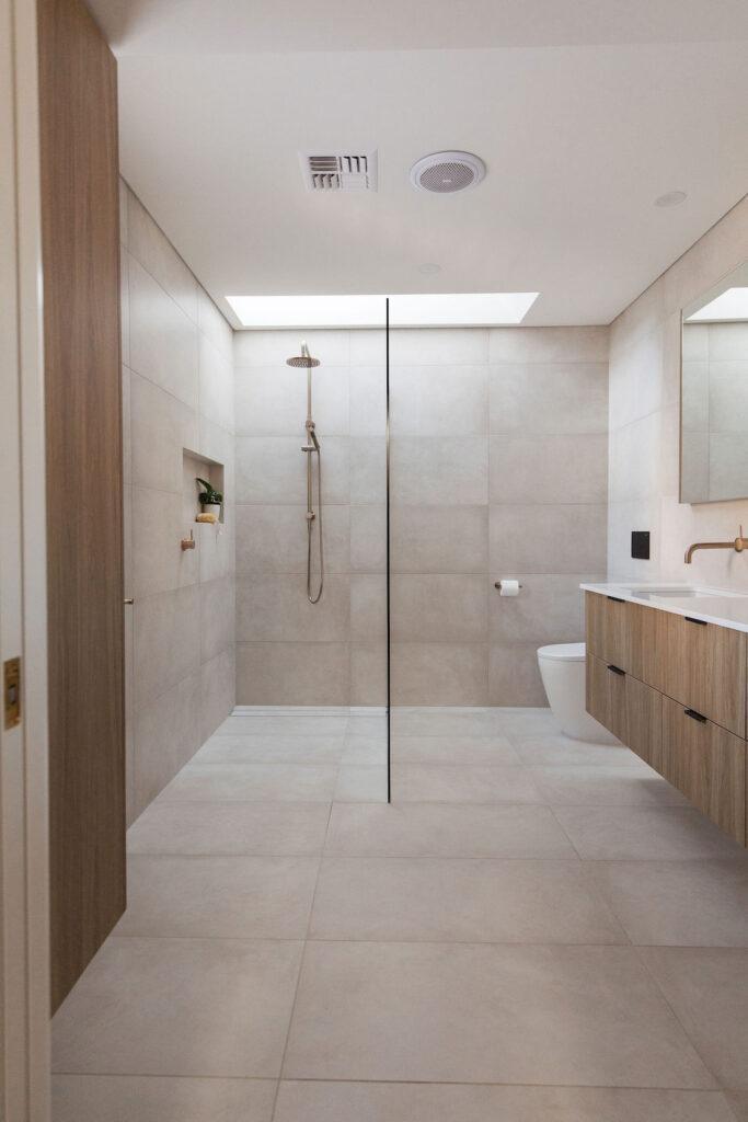 Warm and tonal bathroom like day spa