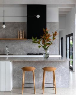 Minimalist architecture at its finest 👌 The team at @rosstangarchitects and @christinepatersoninteriors serving up a massive dose of kitchen inspo!  Styling @rowenamoore_stylist  📸 @hilarybradfordphotography