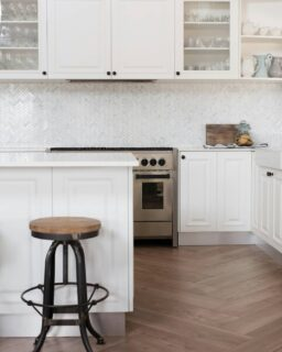 Luxe farmhouse vibes at one of our recent client projects👌That 'timber' floor is one of our tiles laid in a herringbone pattern. And Carrara herringbone mosaic is a timeless splashback choice🤎   #countrykitchen #farmhousekitchen #kitchendesign #kitcheninspiration #kitcheninspo #kitchendesignideas#herringbonefloor #carraraherringbone